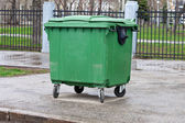 Green dumpster — Foto Stock