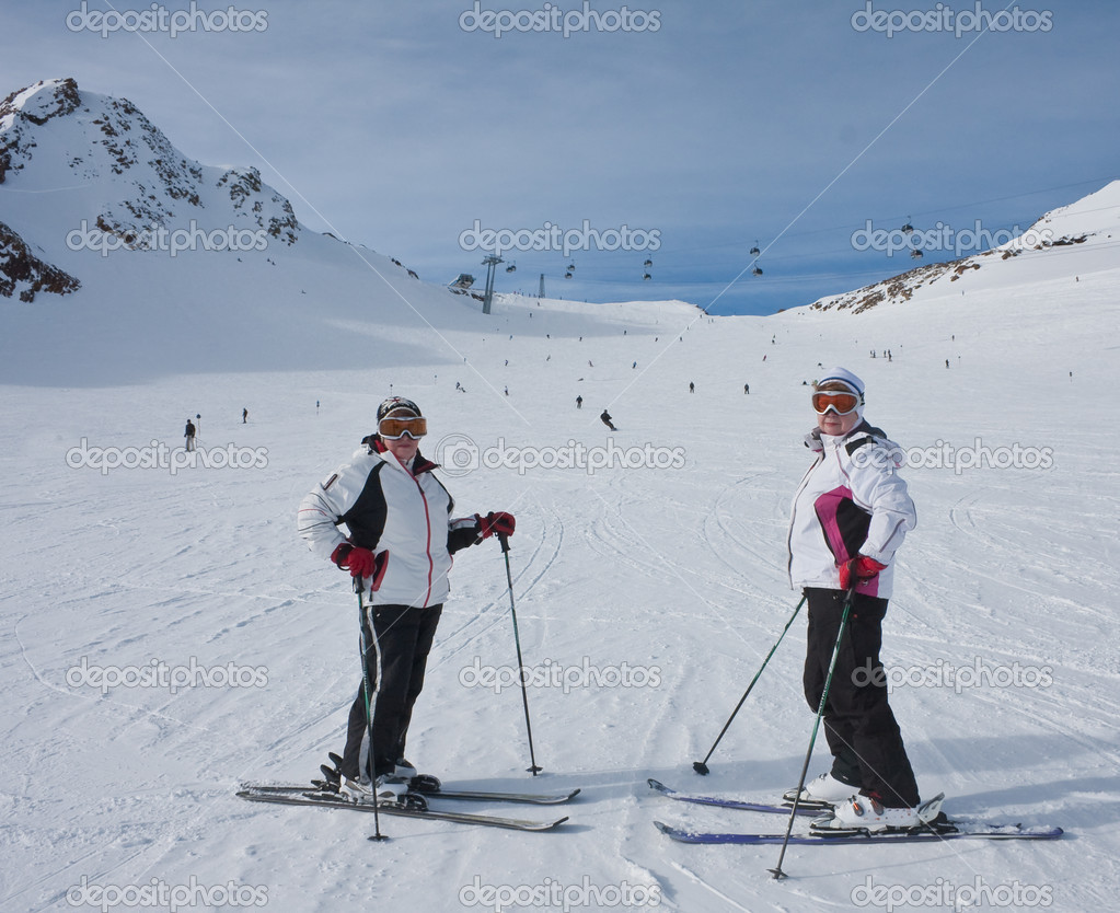 Skiers mountains in the background — Stock Photo #6590627
