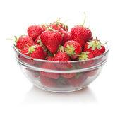 Fresas frescas en un plato de cristal en blanco. — Foto de Stock