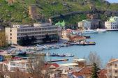 Aan de kust met schepen op pier bivakmuts — Stockfoto