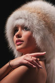 Beautiful young woman in a fur hat — 图库照片