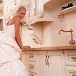 piękna panna młoda stoi w kuchni — Zdjęcie stockowe #5842866