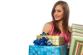 Caixas de exploração da mulher com presentes — Foto Stock