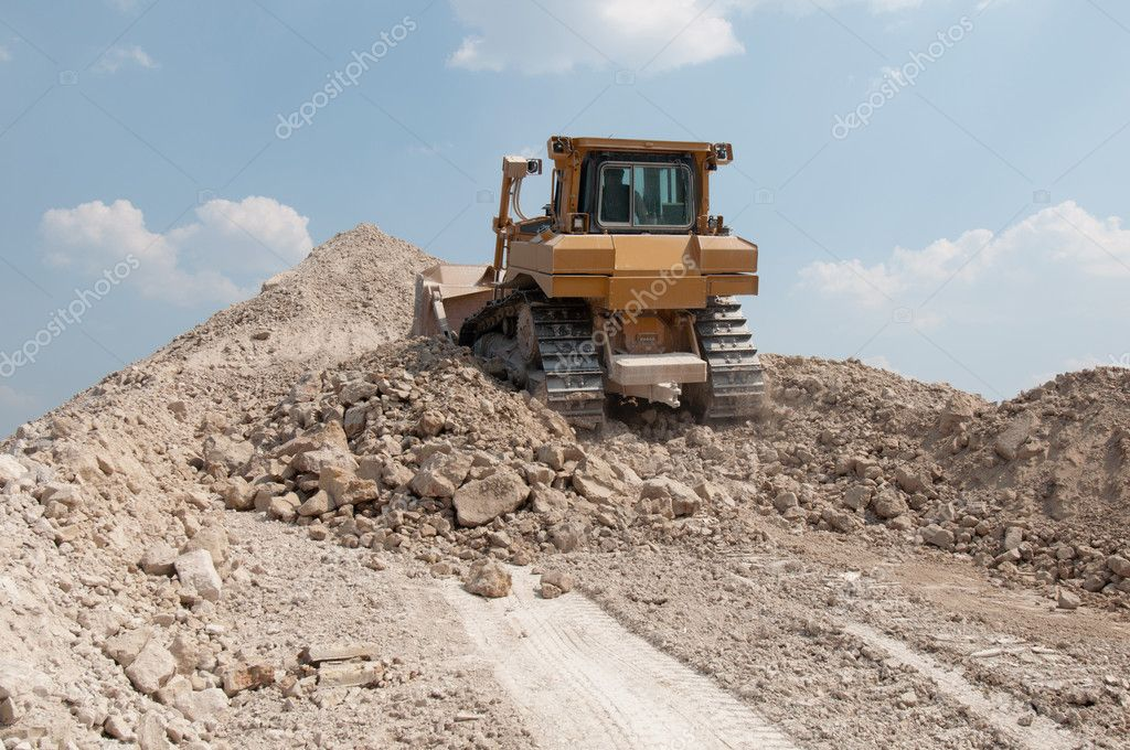 Loading machine produces crushed stone for a career — Stock Photo #5842918