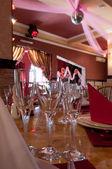 Три стекла на переднем плане в кафе — Стоковое фото
