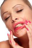 Bella mujer con labios pintados de rojos brillante — Foto de Stock