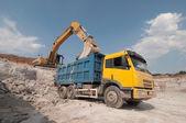 Cargando un camión grande de material de construcción — Foto de Stock