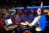 Dj mezcla la pista en el club nocturno en una fiesta — Foto de Stock