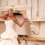 piękna panna młoda stoi w kuchni — Zdjęcie stockowe #6681528