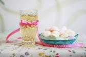 Bebidas y dulces en cinta rosa — Foto de Stock