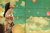Mulher jovem de beleza no céu — Fotografia Stock