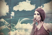 Beuty young smoking woman — Stock Photo