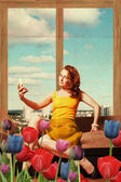 Mooie jonge vrouw in kamer — Stockfoto