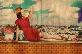 Piękna młoda kobieta w czerwonej sukience na dachu — Zdjęcie stockowe