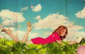 Mooie vrouw met boek in gras — Stockfoto