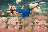 Skönhet ung kvinna i blommor — Stockfoto