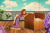 Vacker kvinna med låda — Stockfoto