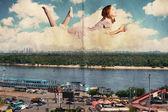 Skönhet kvinna i molnen över staden — Stockfoto