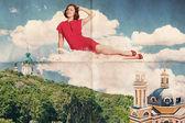 Mujer de belleza en las nubes sobre la ciudad — Foto de Stock