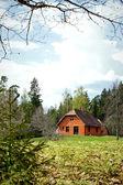 Paisaje con casa de ladrillo rojo — Foto de Stock