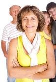 Aile arka plan ile odak büyüleyici yaşlı kadın — Stok fotoğraf