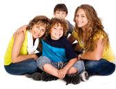 Mutlu genç gülümseyen aile ile iki erkek — Stok fotoğraf