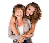 漂亮的女儿抱着她的妈妈从后面 — 图库照片