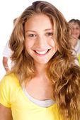 Arka planda ailesiyle güzel genç kadın — Stok fotoğraf