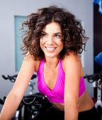 Mujer joven sonriente haciendo ejercicio cardiovascular — Foto de Stock