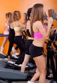 Grupo de mulheres correndo na esteira — Foto Stock