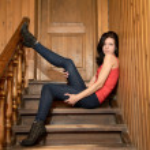 niña sentada en una escalera de madera — Foto de Stock