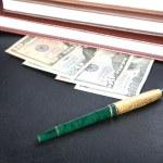 klasör organizatörler kalem ve para — Stok fotoğraf