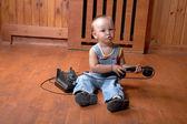 Küçük çocuk eski telefon çalar — Stok fotoğraf