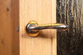 Deurklink op houten deuren — Stockfoto