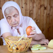 The old woman hold onions — Stock Photo