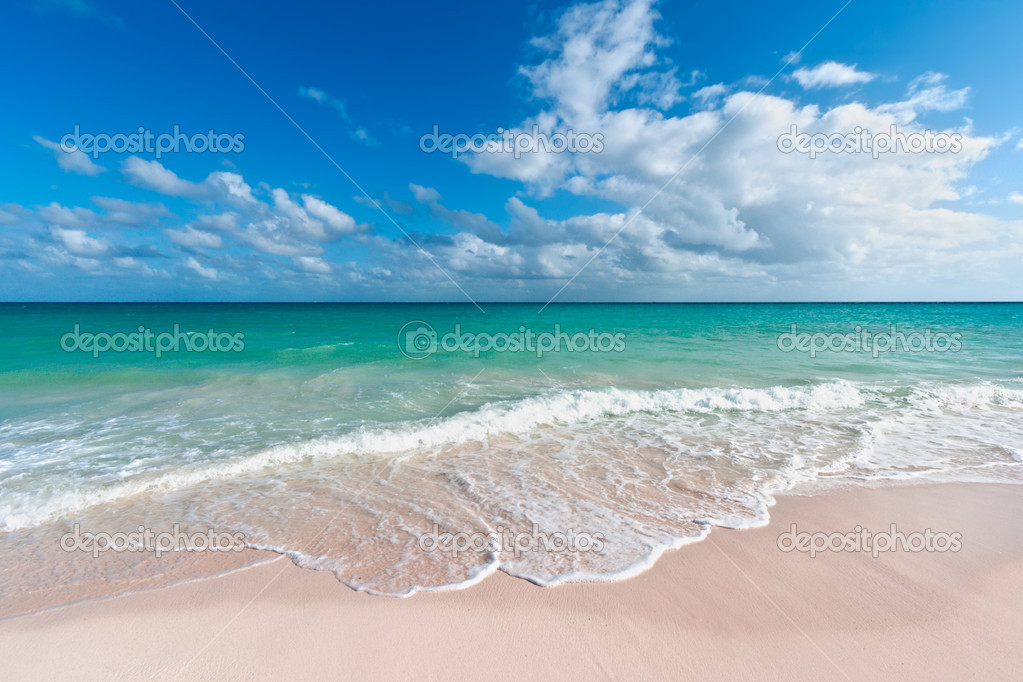 Beautiful beach and  waves of Caribbean Sea. Riviera Maya, Mexico — Stock Photo #5946896