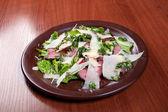 Salada de legumes, de queijo e presunto — Foto Stock