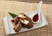 Dessert maki sushi - choklad rulle med olika frukt och grädde — Stockfoto