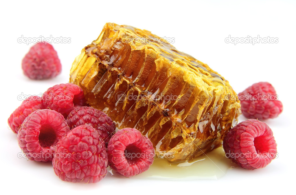 Raspberries and honeycomb close up — Stock Photo #6689899