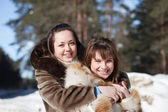 Two smiling girls in winter — Stockfoto