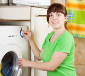 Young woman doing laundry — 图库照片