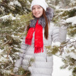 Young woman at wintry park — Stockfoto