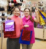 Femmes avec des achats dans la boutique de sous-vêtements — Photo