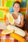 žena je na vaření zeleninové dřeně — Stock fotografie