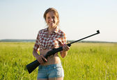 Girl holding pneumatic air rifle — Photo