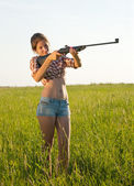 Girl with air rifle — Photo