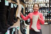 Mulher escolhe sapatos invernais — Foto Stock