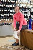 женщина пытается обувь для размера — Стоковое фото