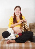 Knitting pregnant woman — Stock Photo