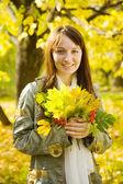 Menina com buquê de outono — Fotografia Stock